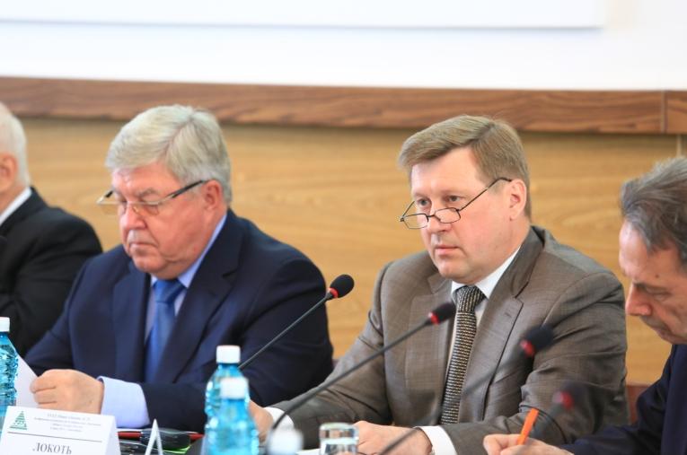 На собрании присутствовал полпред президента в СФО Николай Рогожкин (слева), а Анатолий Локоть (справа) заявил, что Новосибирск продолжит оставаться площадкой для проведения собраний ассоциации