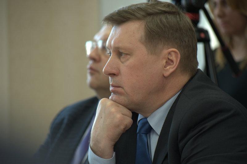 Анатолий Локоть отдал должное руководителям заводов, которые не забывают о благоустройстве территорий, прилегающих к заводам.