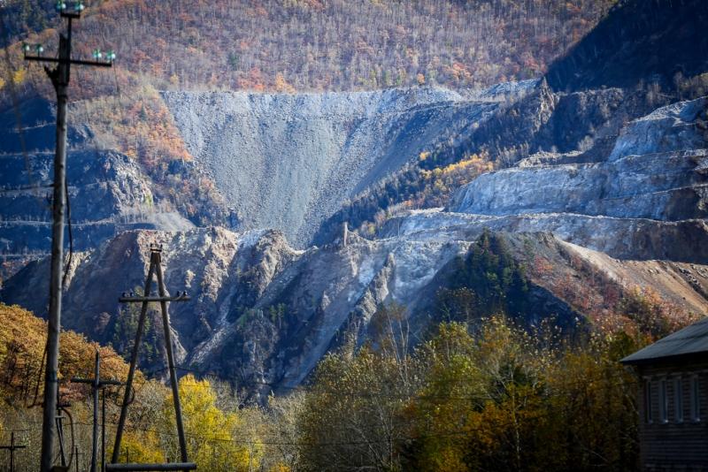 Ермаковское месторождение оксида бериллия разрабатывалось в 1975-1989 годах Забайкальским ГОКом, карьер остановлен на горизонте 836 м. Казахские партнёры, владеющие технологией производства бериллия заинтересованы в эксплуатации этого источника сырья.