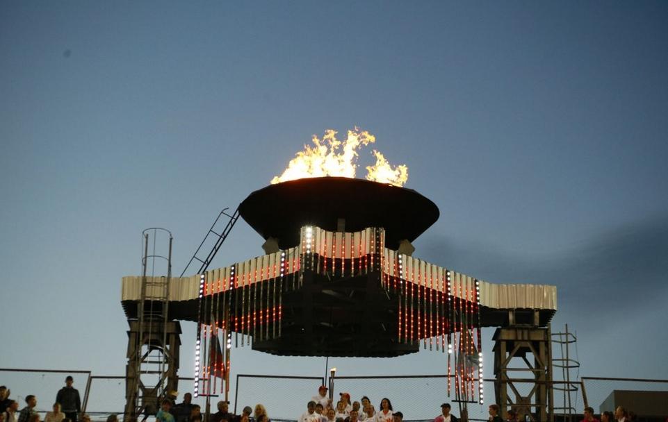 Камнем преткновения между мэрией и руководством стадиона стал газопровод, питающий чашу с огнём, изображённую на снимке.