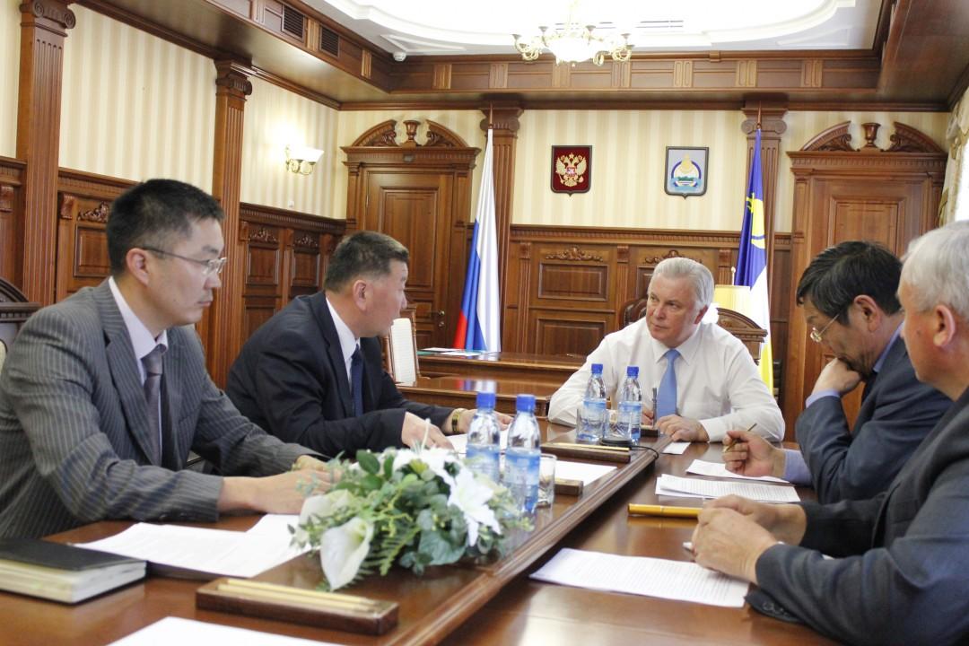 Вячеслав Наговицын (во главе стола) считает, что Бурятия должна в полной мере использовать господдержку при строительстве молочной фермы.