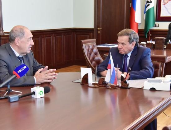 Игорь Шпектор (слева) напомнил губернатору НСО, что деньги, недополученные регионом из-за недостаточного прогресса по сносу аварийного жилья в 2013 году, необходимо вернуть.