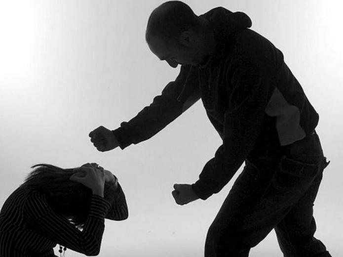 Обанкротившийся бизнесмен, недовольный нюансами конкурсного управления, избил управляющую с намерением убить.