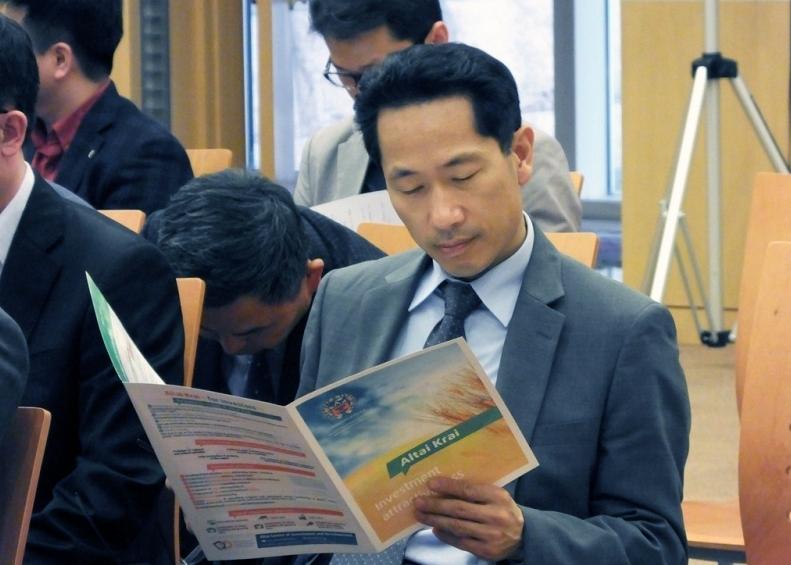 У корейских бизнесменов дары Алтайского края вызвали неподдельный интерес.