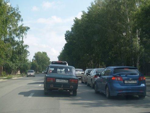 По мнению руководства ГК «Стрижи», решить проблему легендарных пробок на Мочищенском шоссе могло бы расширение автодороги на железнодорожном переезде.