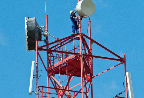 С сентября 2014 года количество LTE-станций МТС в Томской области увеличилось в 2 раза. На фото - монтаж вышек сотовой связи в Томской области.