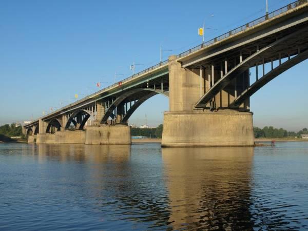 По данным транспортной прокуратуры, Коммунальный (Октябрьский) мост не оборудован всем необходимым освещением и знаками.