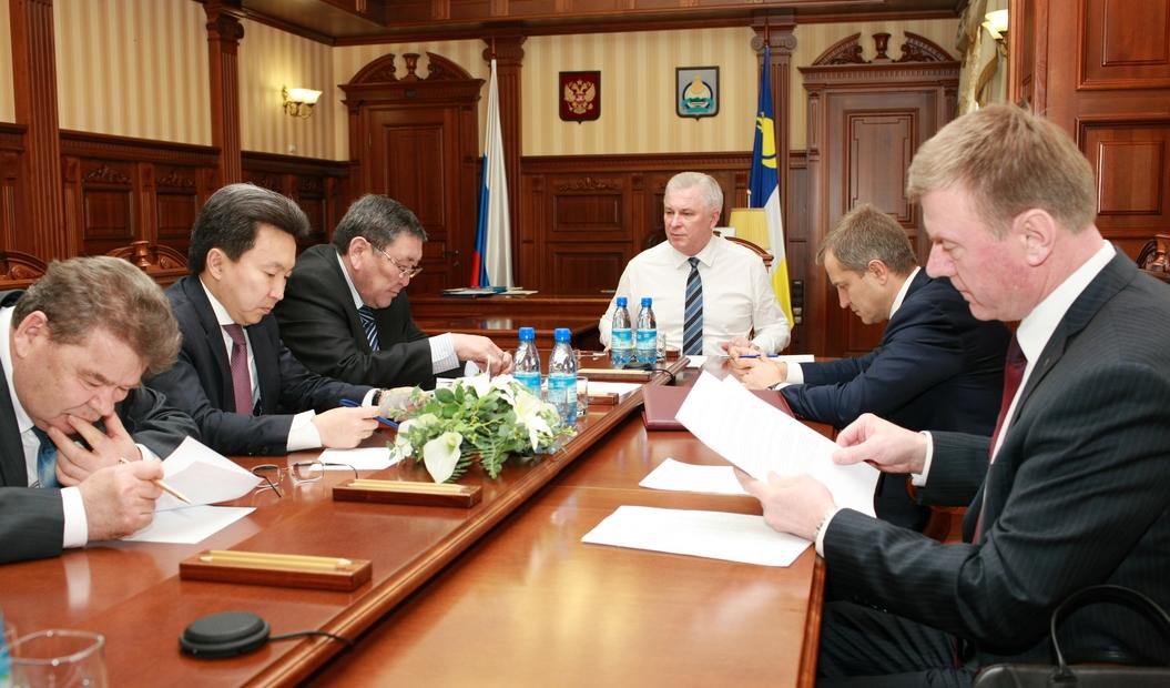 Сегодня Вячеслав Наговицын (во главе стола) изменил структуру регионального правительства Бурятии в целях экономии средств.