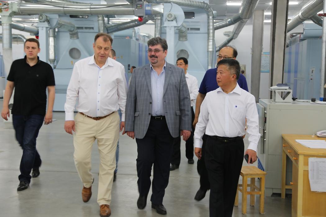 В ходе рабочего визита в Китай томские вице-губернаторы Андрей Кнорр (в центре слева) и Юрий Гурдин посетили одно из местных целлюлозно-бумажных предприятий.