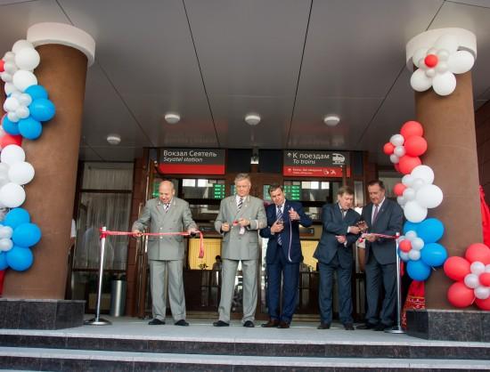 Владимир Якунин (в центре, слева) заявил, что, хотя новый вокзал и не является самым большим, его роль в жизни многих людей будет огромной.