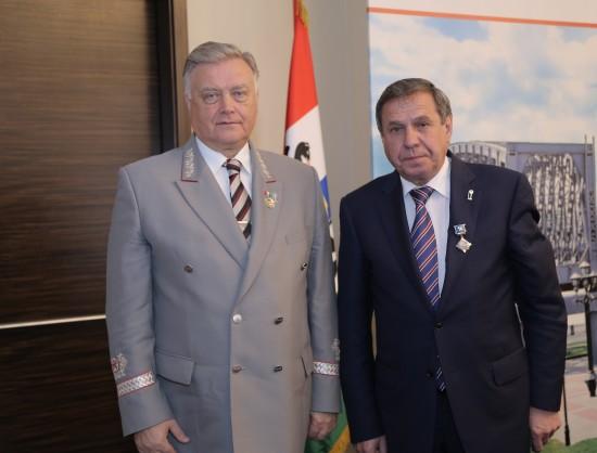 Владимир Якунин (слева) вручил губернатору Городецкому медаль «За заслуги в развитии ОАО «РЖД» 2-й степени», а в ответ получил знак отличия «За заслуги перед Новосибирской областью».