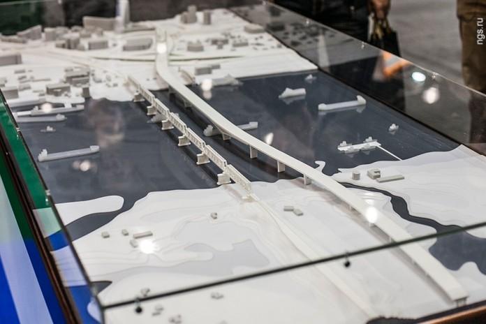 Новосибирский мэр считает: прежде чем строить кривой мост, необходимо обеспечить Бугринский мост инфраструктурой, способной вывести его на проектную мощность - развязками. На фото: модель 4-го моста через Обь в Новосибирске.