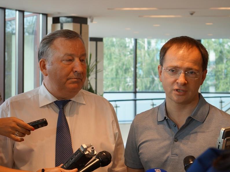 В первый день визита Владимира Мединского (справа) в Барнаул, его сопровождал глава региона Александр Карлин.