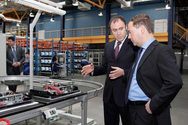 В ходе визита в Новосибирск Дмитрий Медведев посетил производственную площадку завода «НЭВЗ-Керамикс», где ознакомился с нанотехнологическими новинками в спектре продукции. На фото - визит Дмитрия Медведева на одно из хабаровских производств, 2010 год.