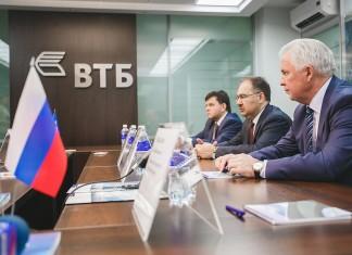 Вячеслав Наговицын (справа) и Антон Дроздов (в центре) посетили офис ВТБ в Улан-Удэ.