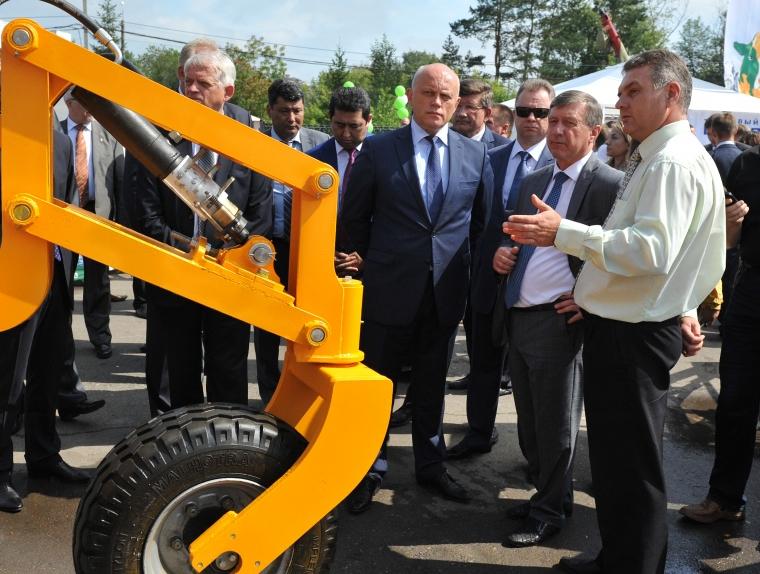 Врио губернатора Омской области Виктор Назаров (в центре) посетил первый день выставки.