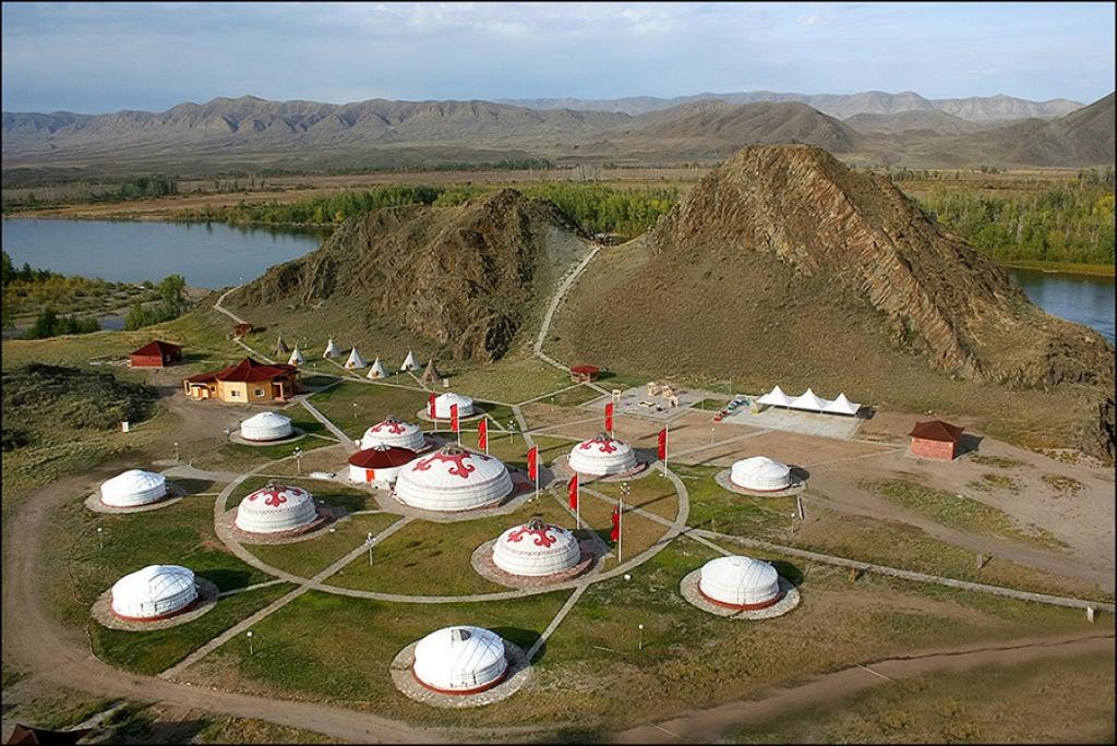 Этнокультурный комплекс «Алдын-Булак», в будущем туристический кластер, как полагают местные жители, расположен недалеко от настоящей могилы Чингиз-хана.