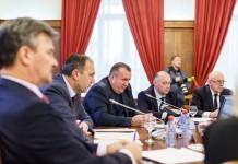 Глава новосибирского областного минстроя Сергей Боярский (в центре, в фокусе) заявил, что по проекту схемы размещения рекламных конструкций в Новосибирске, планируется убрать с городских улиц ещё 150 объектов наружной рекламы.