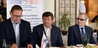 Мэр Омска Вячеслав Двораковский (в центре) и большинство городских предпринимателей оказались солидарны в желании сохранить ЕНВД после 2018 года.