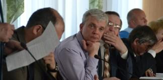 Несмотря на активную поддержку коллег, пошедших на открытую конфронтацию с прокуратурой ради мандата Владимира Голубева (в центре), депутату-бизнесмену придётся расстаться с полномочиями народного избранника по решению суда.