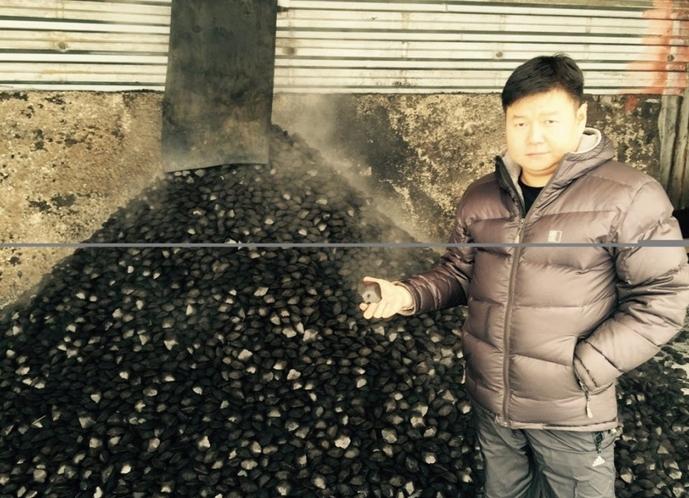По словам гендиректора компании-победителя федерального конкурса, Чингиса Хайдыпа, 1 тонна угольных брикетов по сумме параметров соответствует 2 тоннам обычного угля при одинаковой цене.