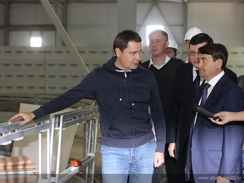 Игорь Левитин (справа) заявил, что проект крытого барнаульского спорткомплекса будет рекомендован Министерству спорта как типовой.