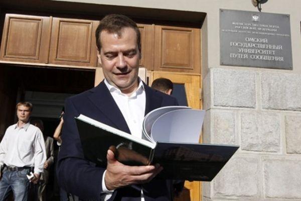 В ходе рабочего визита в Омск Дмитрий Медведев посетил нефтезавод и провёл совещание о развитии нефтехимии и импортозамещения. На фото - визит премьер-министра в один из омских вузов во время прошлого визита в регион (2012 год).
