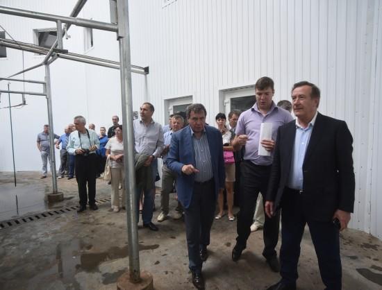 Губернатор НСО Владимир Городецкий (первый план, слева) и спикер регионального парламента Иван Мороз (первый план, справа) с оптимизмом оценили успехи животноводческого комплекса в Маслянинском районе.