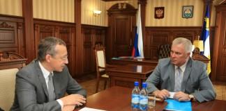 В беседе с бурятским главой Вячеславом Наговицыным (справа) председатель правления Росбанка Дмитрий Олюнин (слева) пояснил, что закрытие двух офисов в Улан-Удэ не связано с прекращением бизнеса банка в регионе.