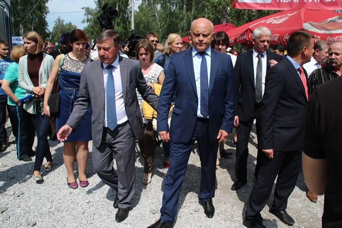 Почти полмиллиона гостей посетили выставку-ярмарку «АгроОмск-2015». На фото - врио главы Омской области Виктор Назаров (в центре).