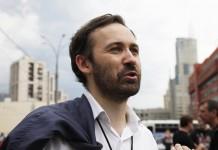 По словам адвоката г-на Пномарёва, Марии Баст, расплатившийся с долгами депутат не пытается скрываться от следствия и готов явиться для дачи показаний.