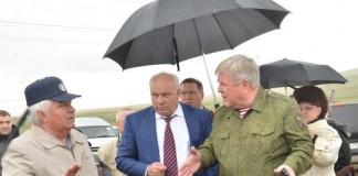 Полпред президента в СФО Николай Рогожкин (под зонтом, справа) и глава Хакасии Виктор Зимин (под зонтом, слева) снова посетят стройплощадки, на которых возводят новое жильё для погорельцев региона.