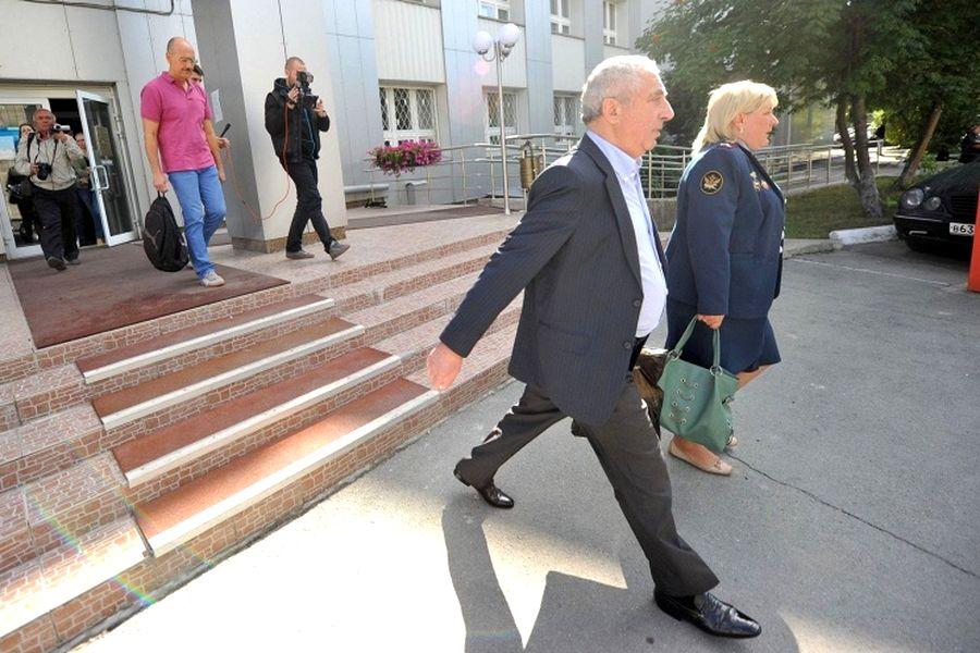 Несмотря на ходатайство защиты и просьбы подсудимого, судья не согласилась не только смягчить меру пресечения, но и увеличить время прогулок для Александра Солодкина-старшего.