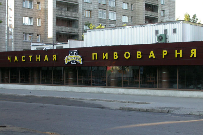 Стоимость ресторана площадью в 1100 кв. м рассчитывают по цене в 50 тыс. руб. за 1 кв. м на первом этаже и 30 тыс. руб. за 1 кв. м подвального помещения.