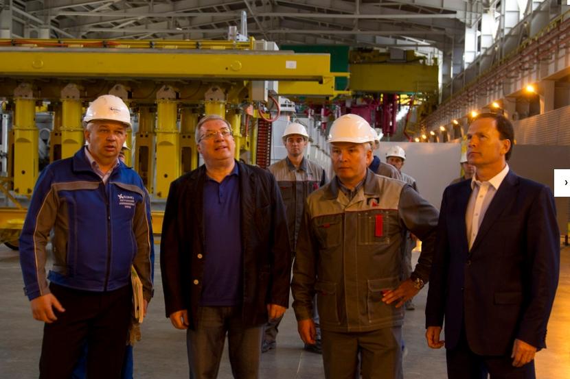 Губернатор Виктор Толоконский (в центре, слева) лично побывал в готовящихся к запуску цехах предприятия.