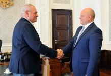 Сергей Доренко (слева) и врио губернатора Омской области Виктор Назаров обсудили темы патриотического воспитания и международную обстановку.