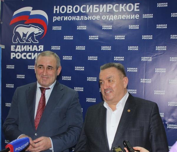 секретарь новосибирского отделения ЕР Валерий Ильенко и секретарь генсовета ЕР Сергей Неверов (справа налево)