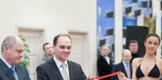 Игорь Кошкин (в центре) в скором времени перережет еще одну ленточку: на этот раз в связи с запуском дилерского центра Ford в Новосибирске.