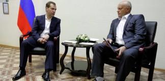 Одной из причин, по которой СМИ в июле часто писали о Викторе Назарове (справа), стала трагедия с обрушением омской казармы и обсуждение этого инцидента, произошедшее между премьер-министром Медведевым (слева) и омским губернатором.