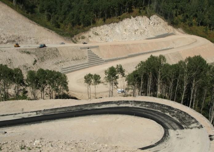 Специалисты называют серпантинную трассу от Белокурихи до водораздела бассейна реки Малая Сычёвка - уникальным объектом, спроектированным даже более сложным, чем трасса на перевале Чике-Таман.