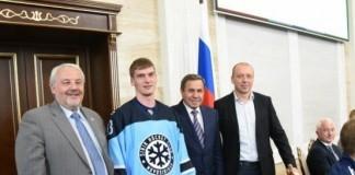 Губернатор НСО Владимир Городецкий (второй справа) вручил хоккеистам статуэтку греческой богини победы, Ники.