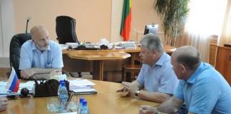 Константин Ильковский (слева) обсудил с Петром Чекмарёвым (в центре) нюансы оформления документации, по которой крестьяне смогут получить компенсацию ущерба от засухи.