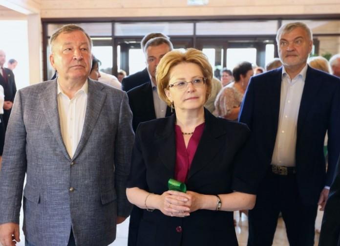 Алтайский губернатор Александр Карлин (слева) и федеральный министр здравоохранения Вероника Скворцова обсудили итоги развития краевой медицины за последнее десятилетие.