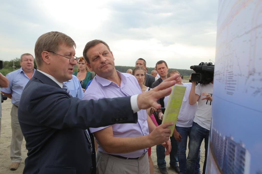 Мэр Новосибирска Анатолий Локоть (первый план, слева) и глава управления пассажирских перевозок мэрии Александр Лаврентьев (первый план, справа) провели на стройплощадке короткое совещание.