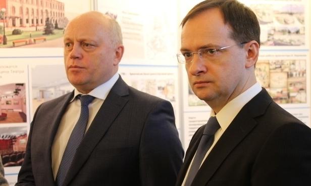 Врио омского губернатора Виктор Назаров (слева) и министр культуры РФ посетили в Омске ряд социальных объектов, возводимых к 300-летию Омска.