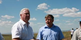 Вячеслав Наговицын (слева) оценит положение пострадавших от засухи хозяйств на месте событий и подумает, как можно им помочь.