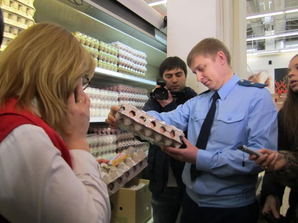 Прокуроры проверят в СФО магазины и перерабатывающие производства, а также прочих субъектов экономики на причастность ко ввозу запрещённых санкционных товаров.
