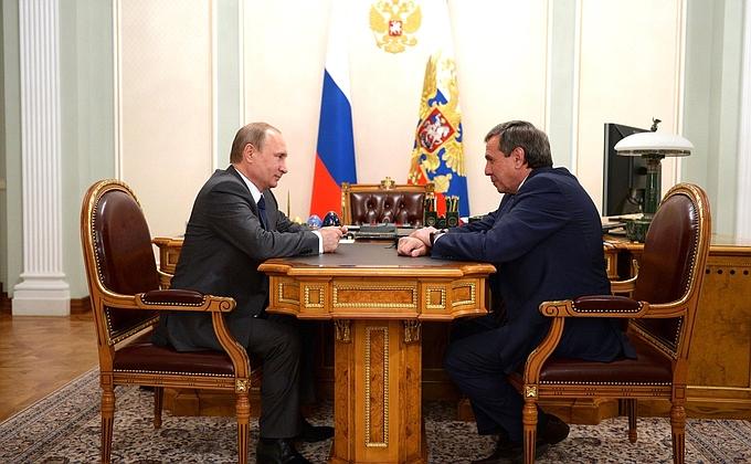 Владимир Путин и Владимир Городецкий (справа) обсудили основные нюансы социально-экономического состояния Новосибирской области.