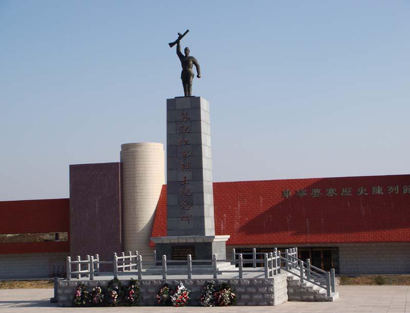 Китайцы обратились к РФ с предложением согласовать реконструкцию мемориала советским воинам-освободителям на территории КНР. На фото - другой китайский мемориал советским солдатам - в городе Дуннин.