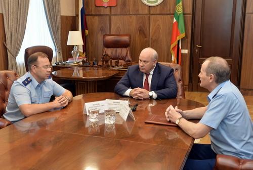 Денис Попов (слева) побывал на встрече с главой Хакасии Виктором Зиминым (в центре) и заметителем Генпрокурора РФ Иваном Семчишиным (справа).